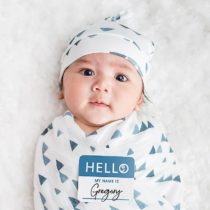 Set Hello World, Cappellino + Swaddle, Triangoli Blu, 120 x 120 cm – Bambù – Lulujo